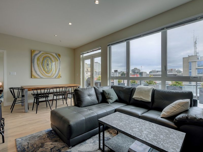 The Penthouse on Herald - Beautiful Private Patio, free secure parking, holiday rental in Saanich