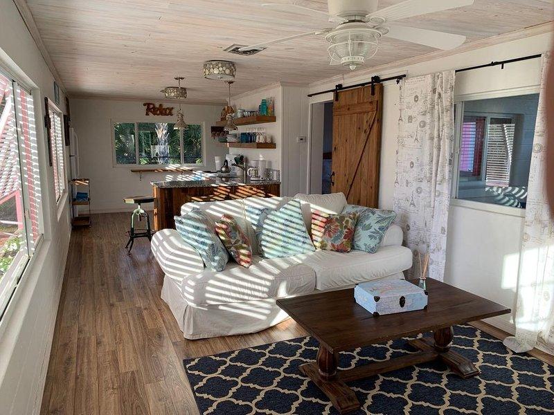 Super comfy cottage, walking distance to the beach, aluguéis de temporada em Nokomis