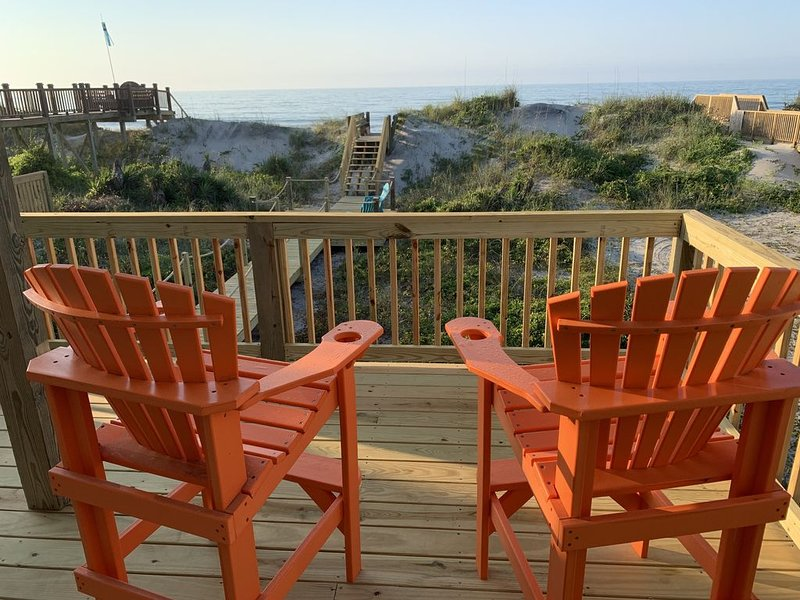 Just steps away from the ocean! Charming, cozy and a home away from home., location de vacances à North Topsail Beach