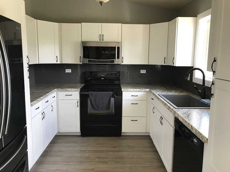 Modern day home + 4 bedrooms + hot tub, vacation rental in Black Hawk