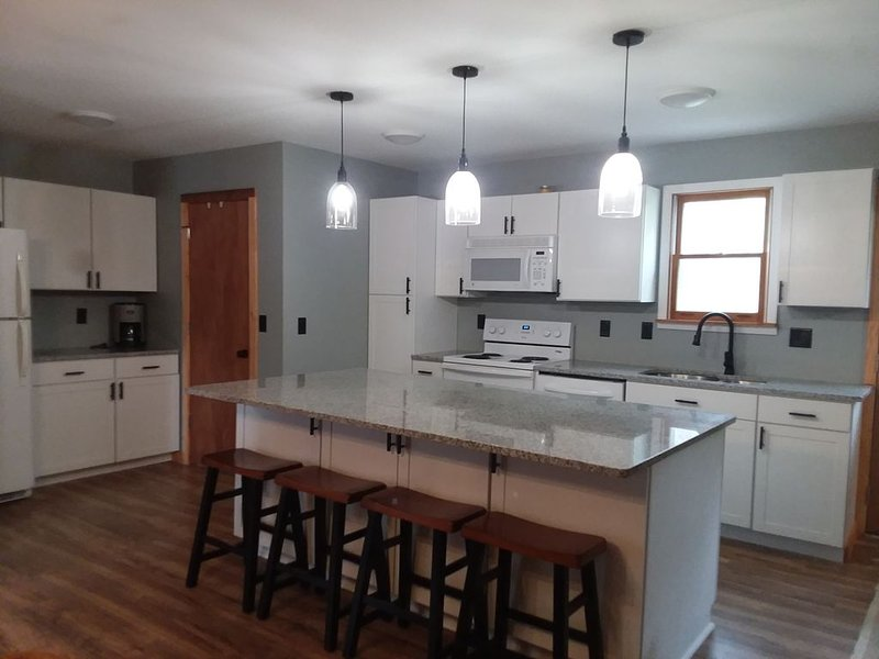 4/2 Lakefront House on Wixom Lake, Sleeps up to 11., holiday rental in Gladwin