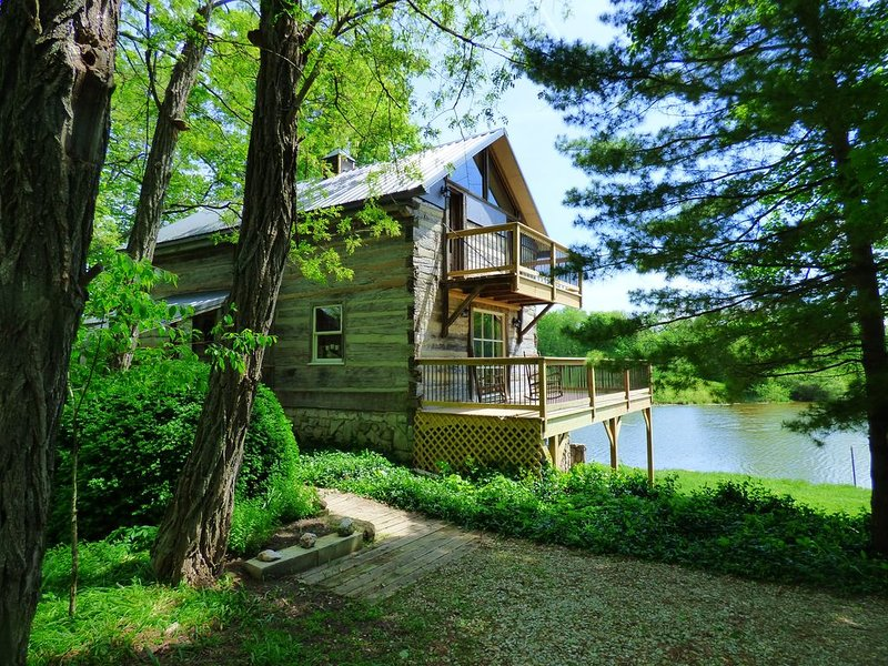 Beautiful, 200 year old Log home - Secluded, 30 Min. from Downtown, holiday rental in Greenwood