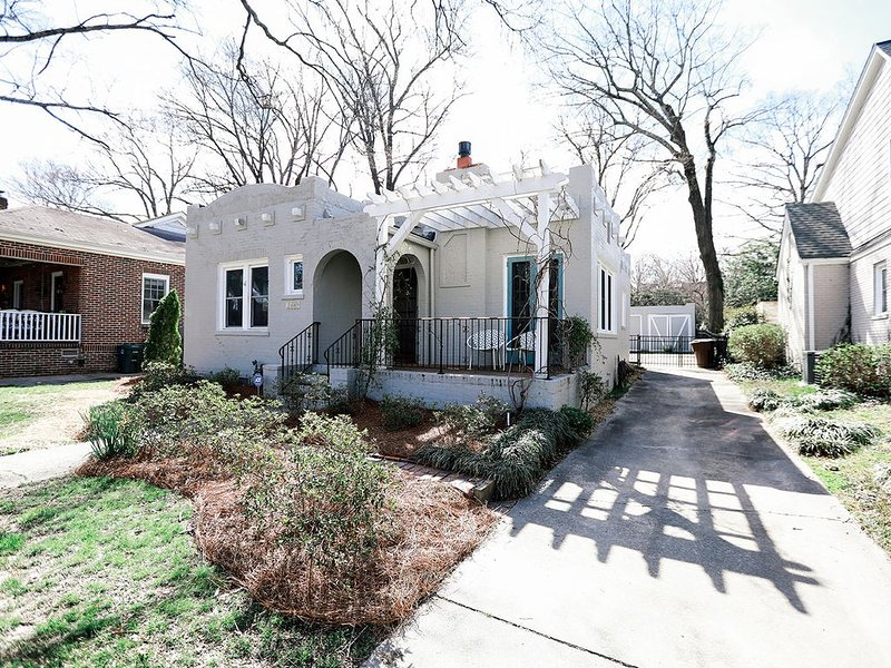 Holliday House - A Charming Sunset Hills Bungalow, alquiler de vacaciones en Greensboro