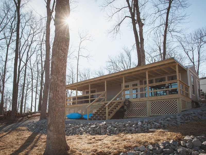 Brand New!! - Lake Front Cabin in Southern Illinois, holiday rental in Calvert City