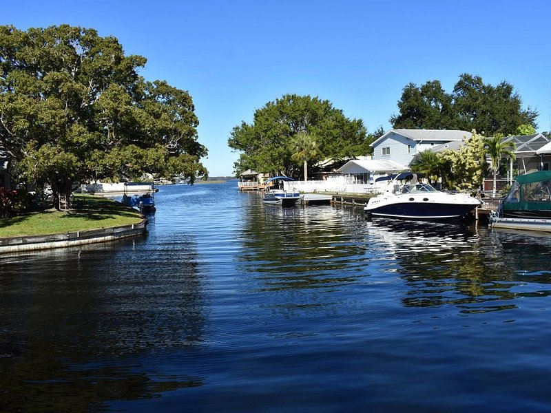 LAKE TARPON CORNER CANAL HOUSE WITH KEY WEST STYLE, alquiler vacacional en Palm Harbor
