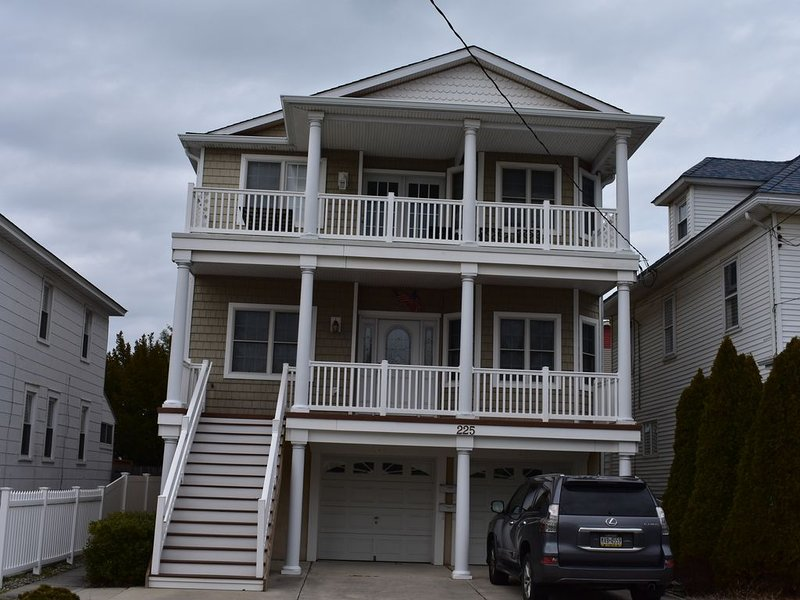 Beautiful 4 BR 2 Bath Top Floor Condo 2 blocks to Boardwalk & Convention Center, alquiler de vacaciones en Wildwood