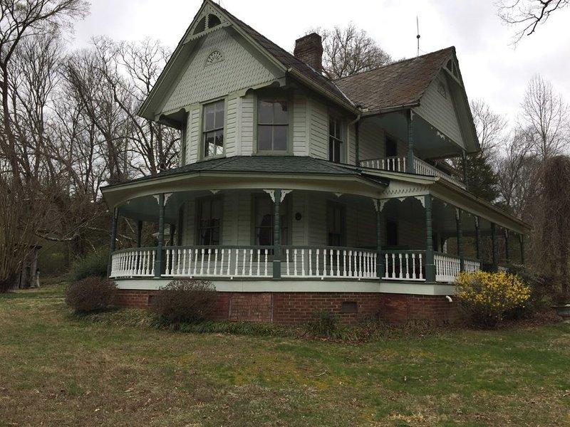 Historic Victorian Farmhouse near Great Smoky Mtns Nat Park, holiday rental in Maryville