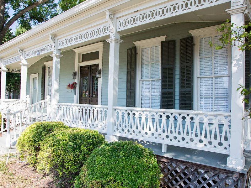 Downtown Beauty, walk to restaurants, bars and music.  Shopping galore., holiday rental in New Braunfels