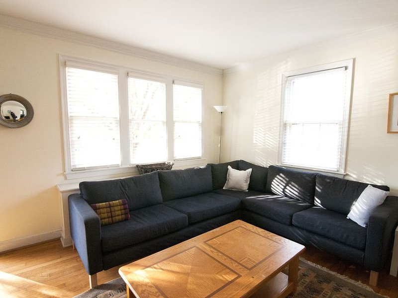 3-Bdrm Townhouse near Metro, Old Town Alexandria and Del Ray, vacation rental in Alexandria