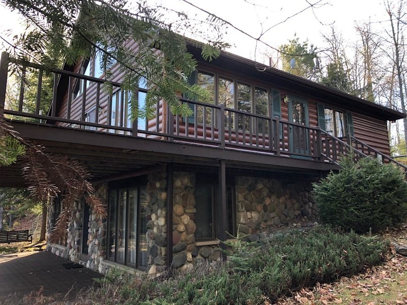 Location!  Stunning Northwoods Lake House; make family vacation memories here!, location de vacances à Iron River