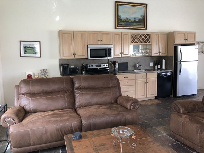 Great golf cottage overlooking 18th hole at Riverhill Country Club, pet friendly, alquiler de vacaciones en Kerrville
