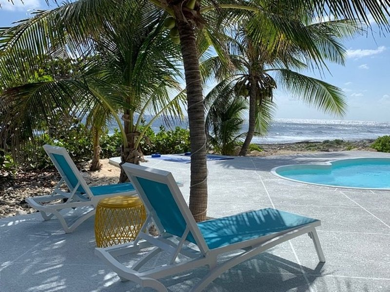 Bliss Beach House - New Secluded Beachfront Villa with Private Pool, alquiler vacacional en South Town