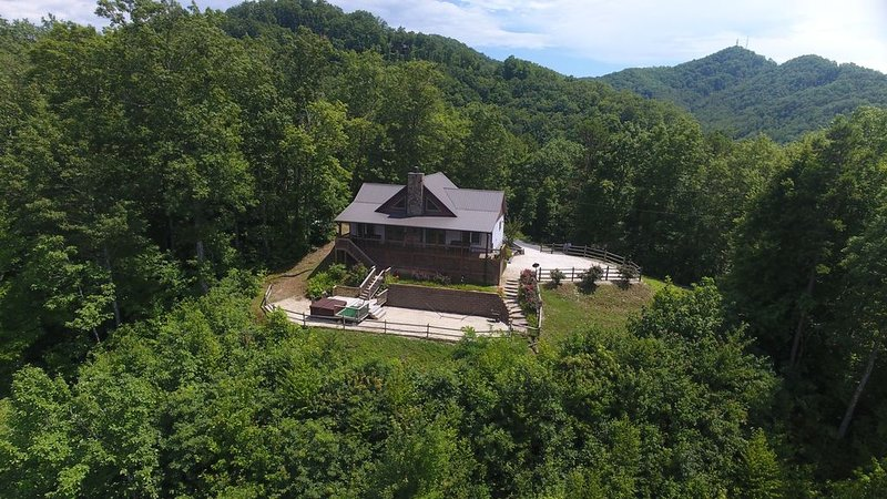 Amazing views of the mountains!!, aluguéis de temporada em Bryson City