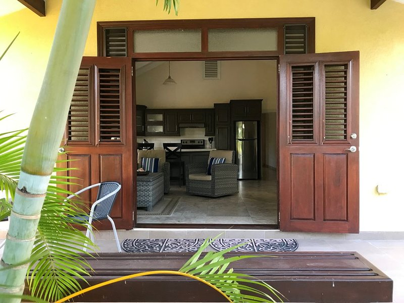 Beautiful One bedroom cottage close to beach, golf and amenities, location de vacances à Barbade