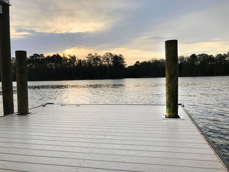 The Boujee Shack - Custom renovated lake front home, new dock & floater, alquiler de vacaciones en Irmo