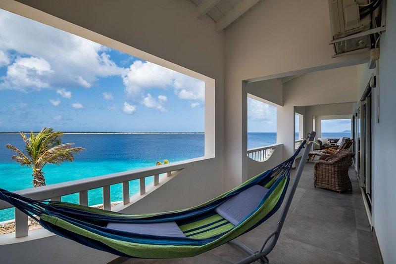 Exceptional Oceanfront Penthouse Delfshaven Sanddollar Resort, alquiler vacacional en Kralendijk