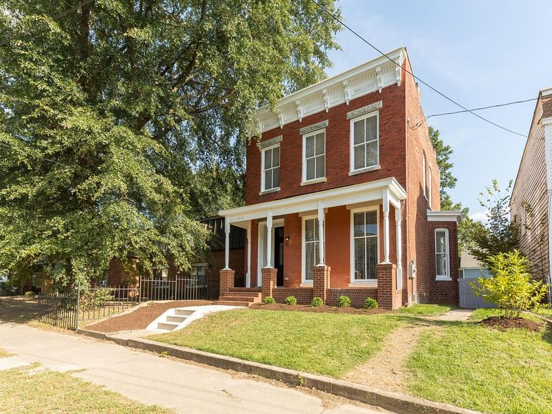 Southern Mansion: Block From Cafe, Brewpub, Donuts, holiday rental in Hanover