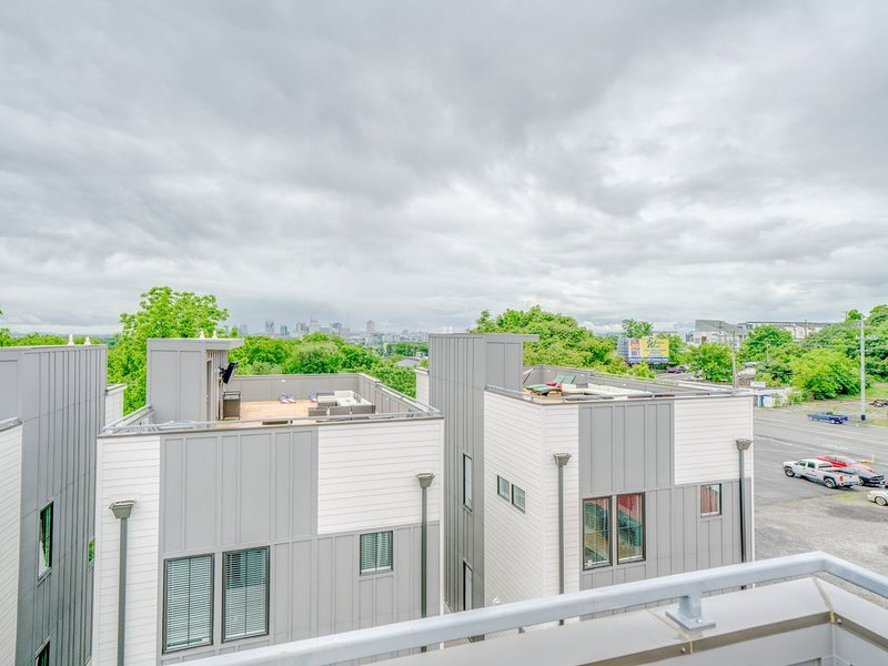 2,800 SQF NEW townhouse 3BR/3.5BA with rooftop *Furnished* East Nashville, holiday rental in Whites Creek