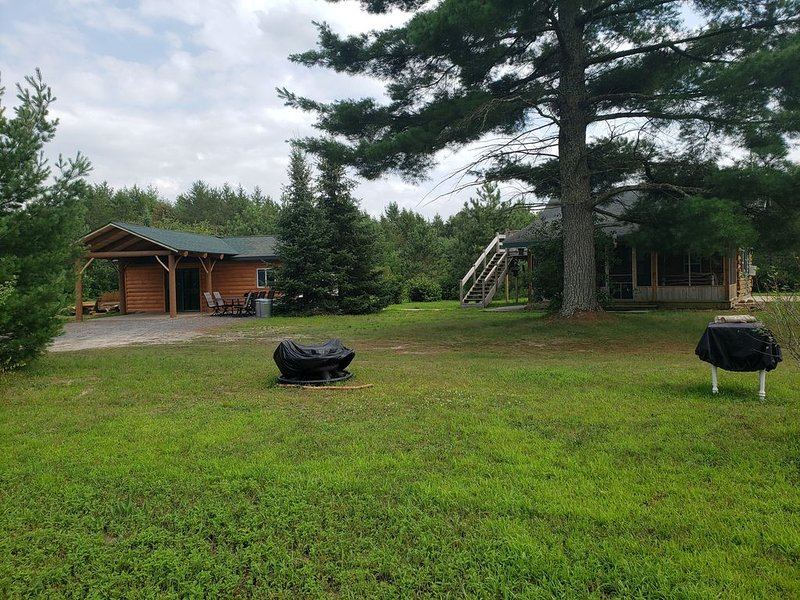 Beautiful Log Cabin Secluded In The Woods, vacation rental in Alma Center