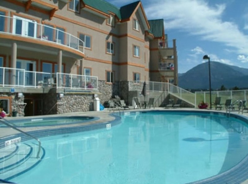 Our Great Escape - Beautiful Lake View Condo for Your Holiday!, Ferienwohnung in Fairmont Hot Springs