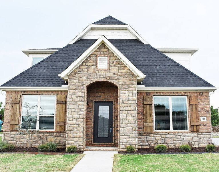 Upscale home 724 N. Malbec sleeps 8!! close to U of A!, holiday rental in Gentry