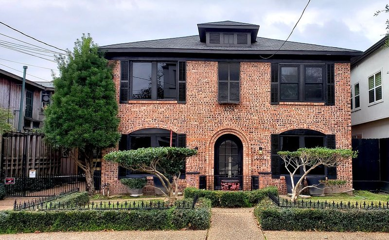 Spacious, private, and stylish 2 BR upstairs apartment in Montrose!, vacation rental in Houston
