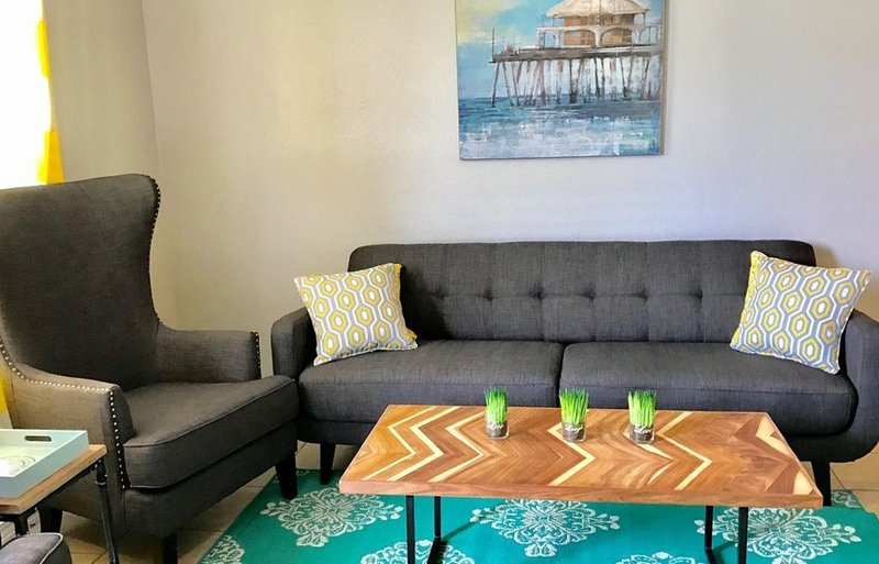 SEASIDE RETREAT hosted  by NAVY VETERAN-5 Min WALK to the BEACH, steps from POOL – semesterbostad i Gulfport