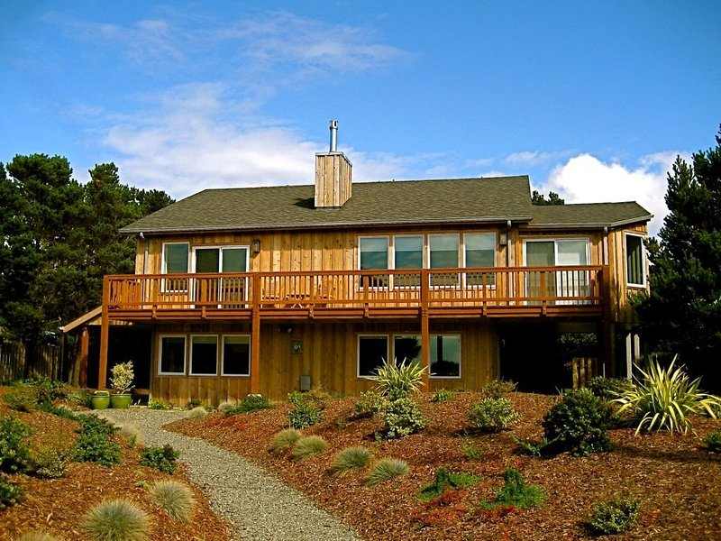 Dacha , a beautiful two story home with a direct ocean view., holiday rental in Bandon