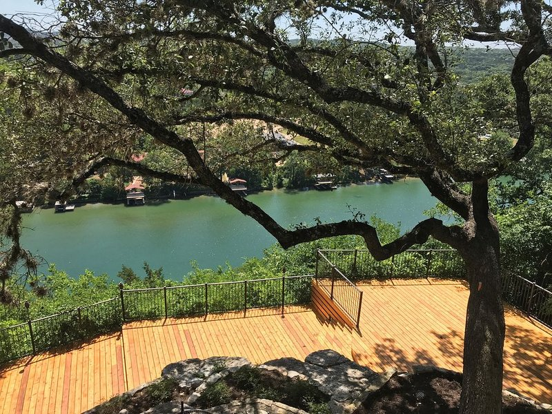Very relaxing home nestled in the hills of Lake Austin overlooking Austin, location de vacances à Lakeway