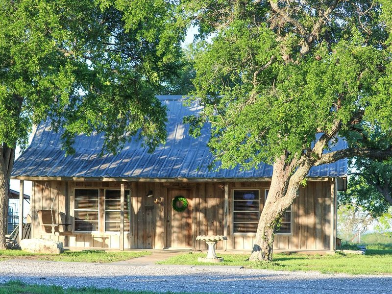 Red Deer Lodge HiBanks Ranch 12 minutes from Magnolia Silos, holiday rental in Riesel