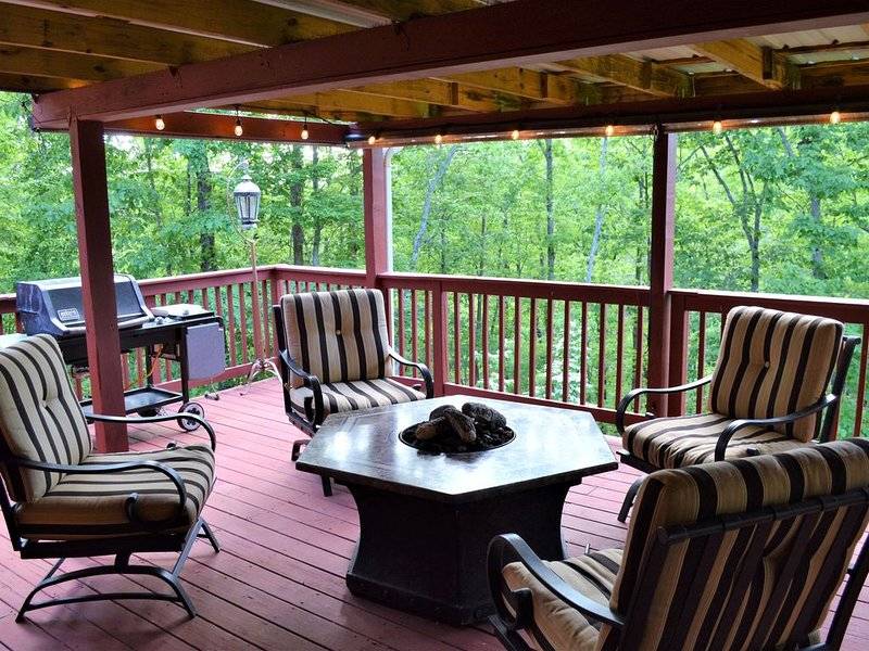 The Maple Rooster Cottage - A cozy retreat with forest views, holiday rental in Dawsonville