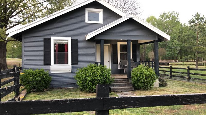 Traveling Nurses Welcome!   Perfectly Quaint Home in A Peaceful Country Setting!, holiday rental in Cordova