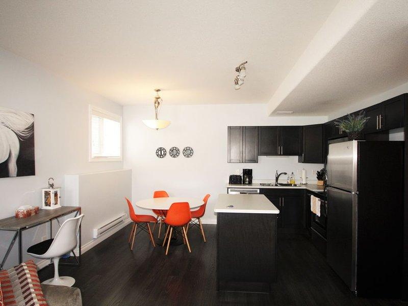 Elegant Suite near Airport 2Bd, 1BR, Parking - Two Bedroom Apartment, Sleeps 6, holiday rental in Saskatoon