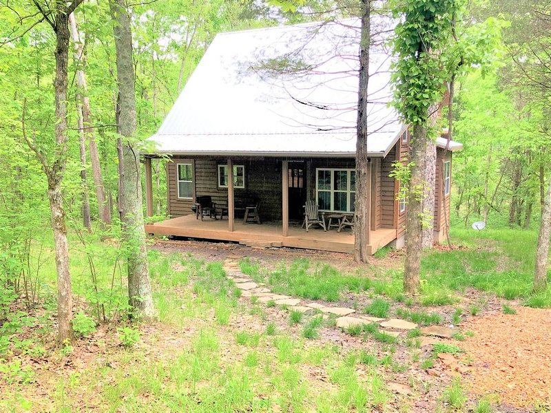 Hawk's Ridge Cabin-New Custom 3 Bedroom, 2.5 Bath-14 Private Acres-1600 Sq.Ft., vacation rental in Steelville