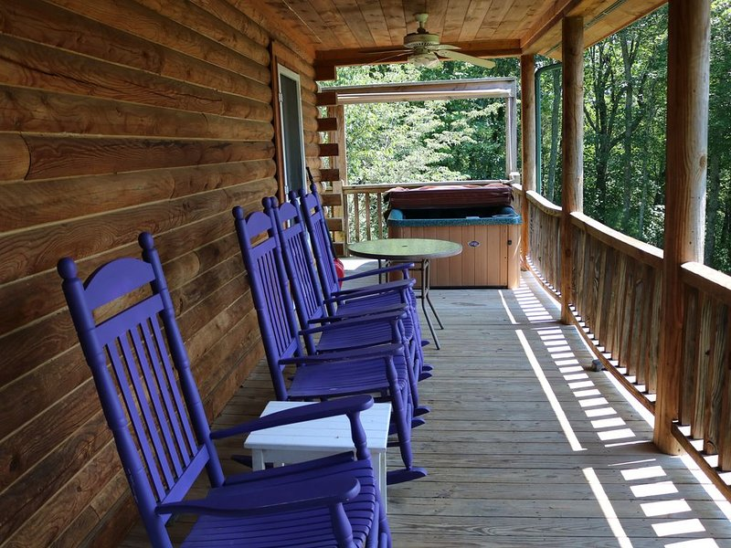 Quiet Log Cabin on 54 acres to explore, fire pit available, creek frontage, holiday rental in Grassy Creek