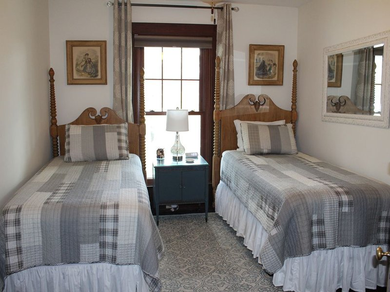 Historic Inn B&B, Elsie's Room with 2 Twin Beds, Cozy and Peaceful, holiday rental in Liberty Township