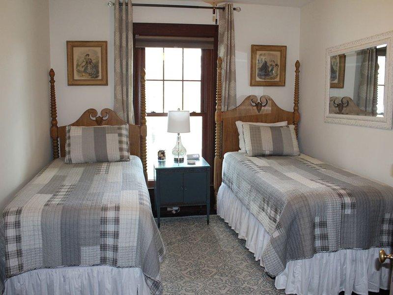 Historic Inn B&B, Elsie's Room with 2 Twin Beds, Cozy and Peaceful, aluguéis de temporada em Taft