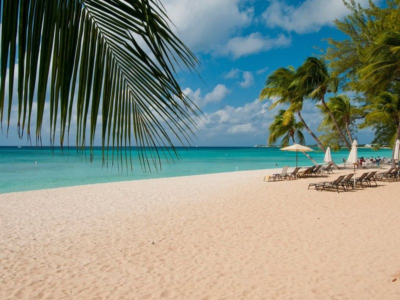 Cayman Oasis - 4BD/4BA, 3 Min Drive to 7 Mile Beach. Sleeps 8!, vacation rental in George Town