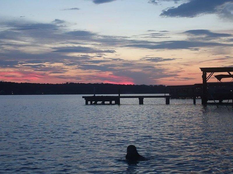 Solnedgång simning