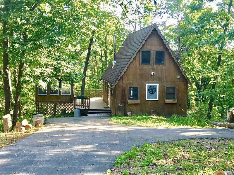 Cozy quaint cabin tucked back in the woods- Secluded, private - couples getaway, vacation rental in Lansing