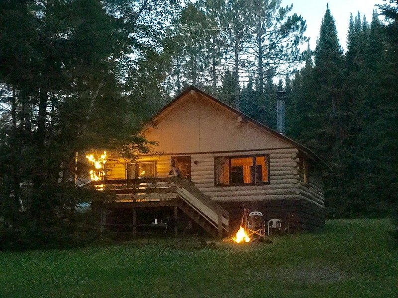 'Lakeview' Now the 'Rustic Clam'...A Cozy Log Cabin Getaway, holiday rental in Mellen