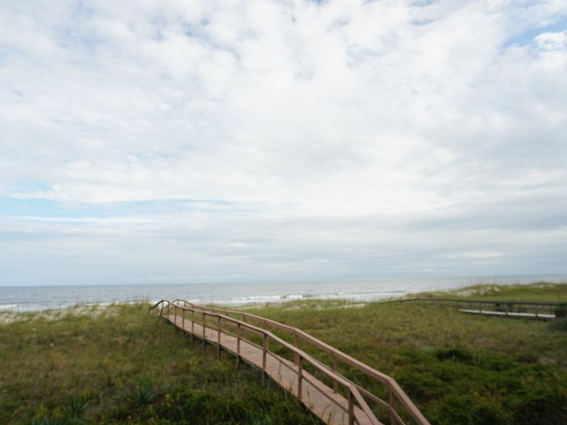 Paradise Found Oceanfront 2BR 2 Bth, vacation rental in Carolina Beach