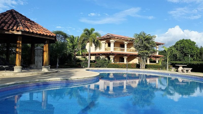 Villa Manglar, luxury Condo, large pool, lush garden, walking distance to beach, alquiler de vacaciones en Playa Junquillal