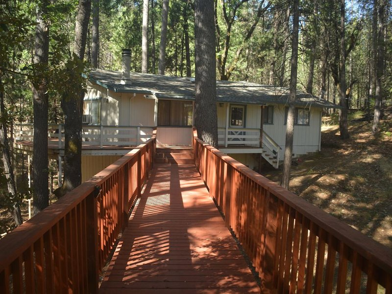 Spacious, bright, cozy, single floor home nestled in pine trees, holiday rental in Dogtown