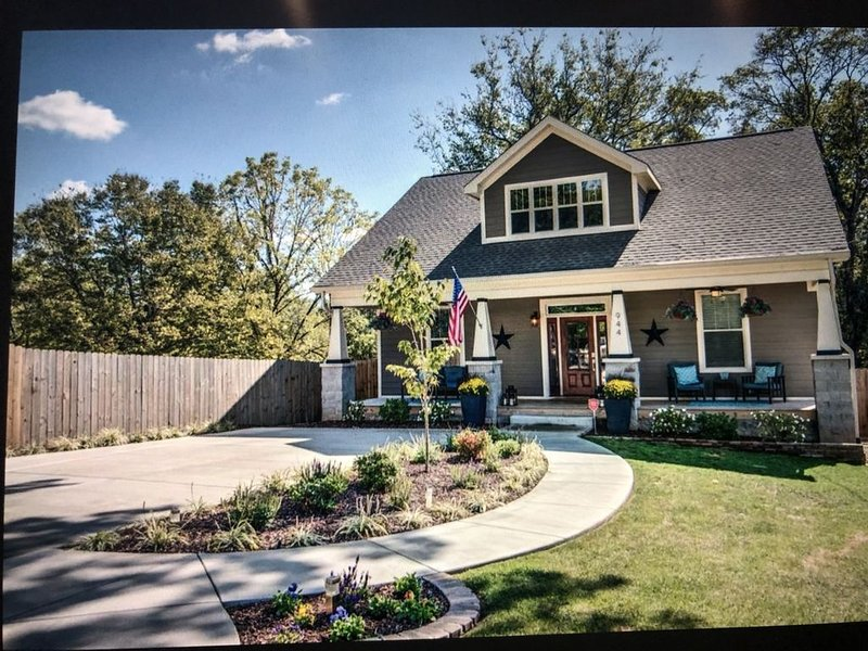 4 Br - great deck/hot tub - 3 miles to Broadway !, vacation rental in Nashville