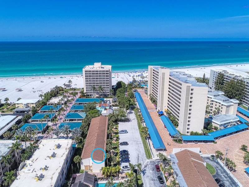 Bright & Beachy - Steps to the Water!, holiday rental in Siesta Key