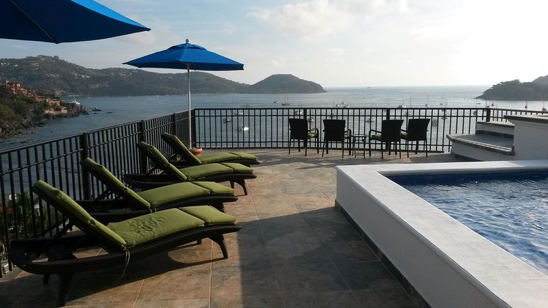 Penthouse with amazing views of the bay & city with large private dipping pool, location de vacances à Zihuatanejo