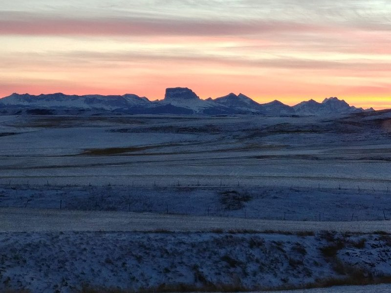 Relax & Enjoy the Breathtaking View of Chief Mountain, Sunsets and Rolling hills, vacation rental in Cardston