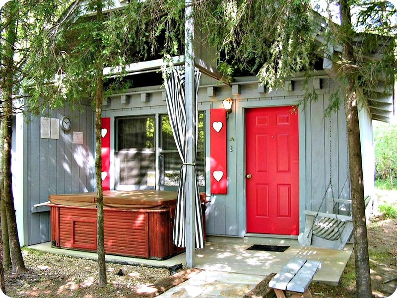Bear Paw Cottage(#4 Queen)Adorable;Hot Tub; Pet Friendly;2Adults/2 Children max, holiday rental in Sautee Nacoochee