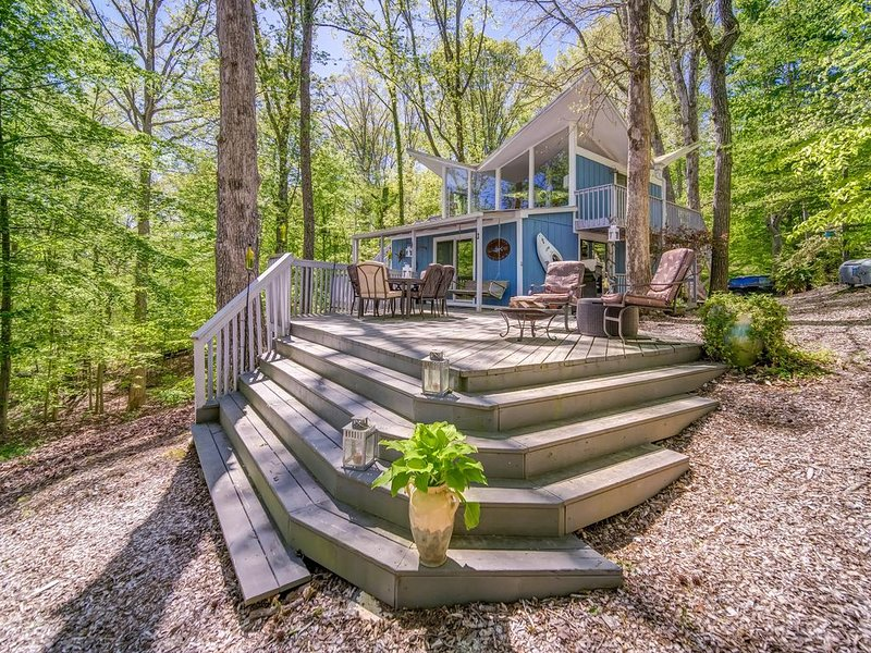Super unique Lake Lanier Lake House  with Double Slip Party deck Dock, holiday rental in Murrayville